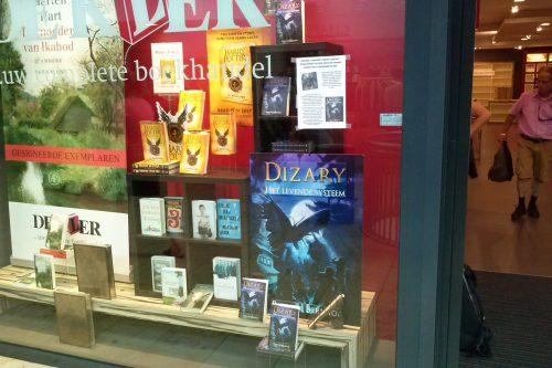 Dizary pal naast JK Rowling in de etalage