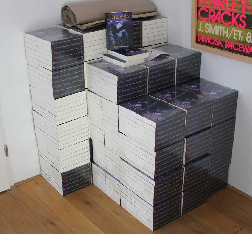 stapel dizary boeken in de hal