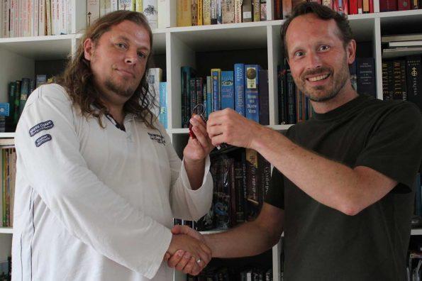 Johan Klein Haneveld ontvangt de sleutel tot Dizary ereburger krakenvorst